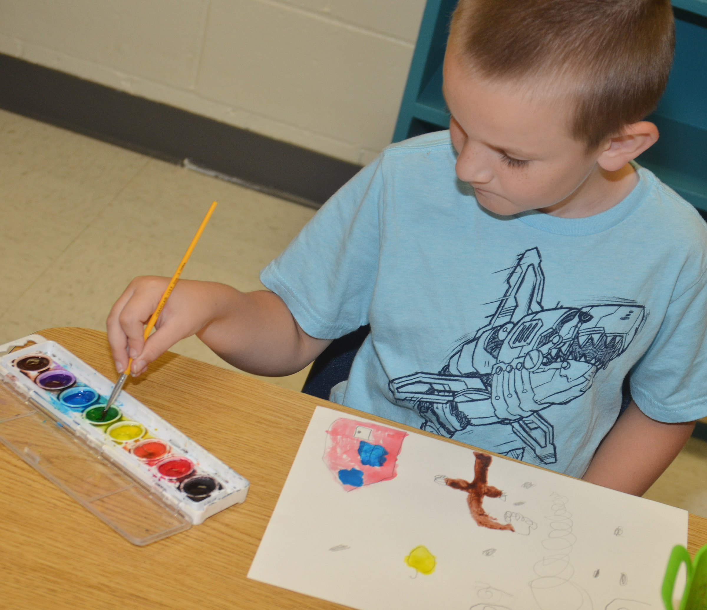 CES first-grader Ryne Gumm paints.