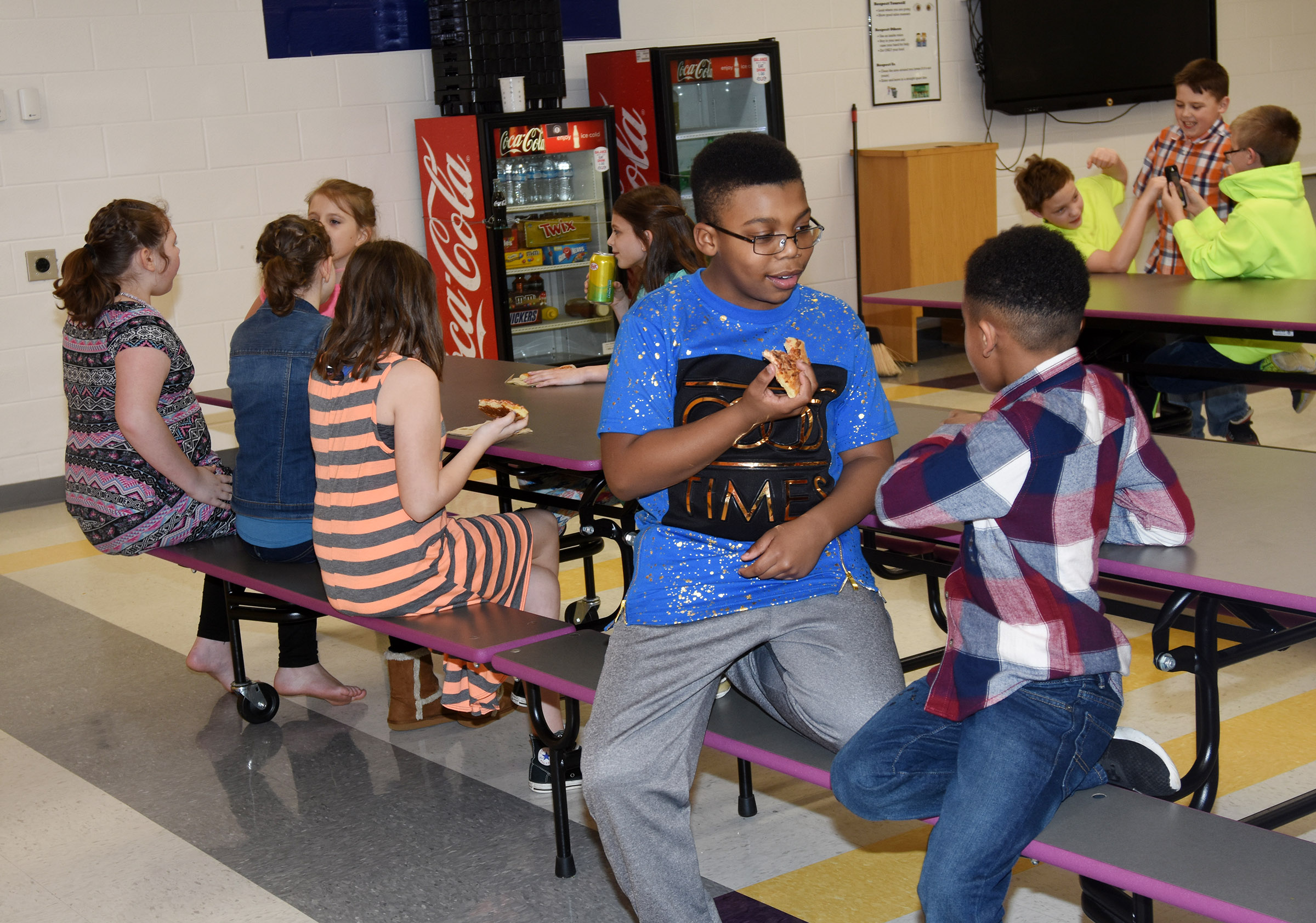 CES students enjoy snacks together.