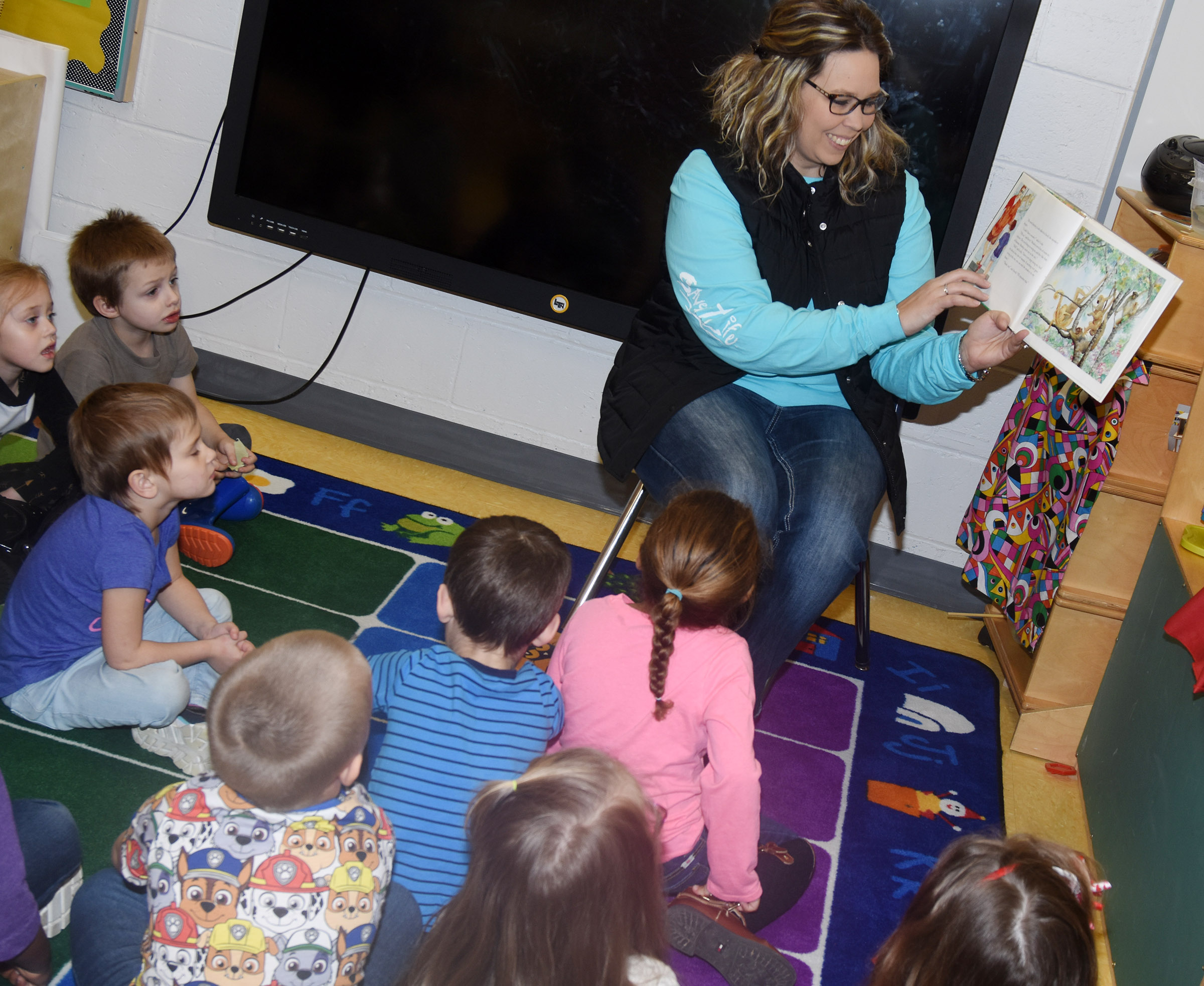 Jaimie Gilpin reads to CES preschool students.