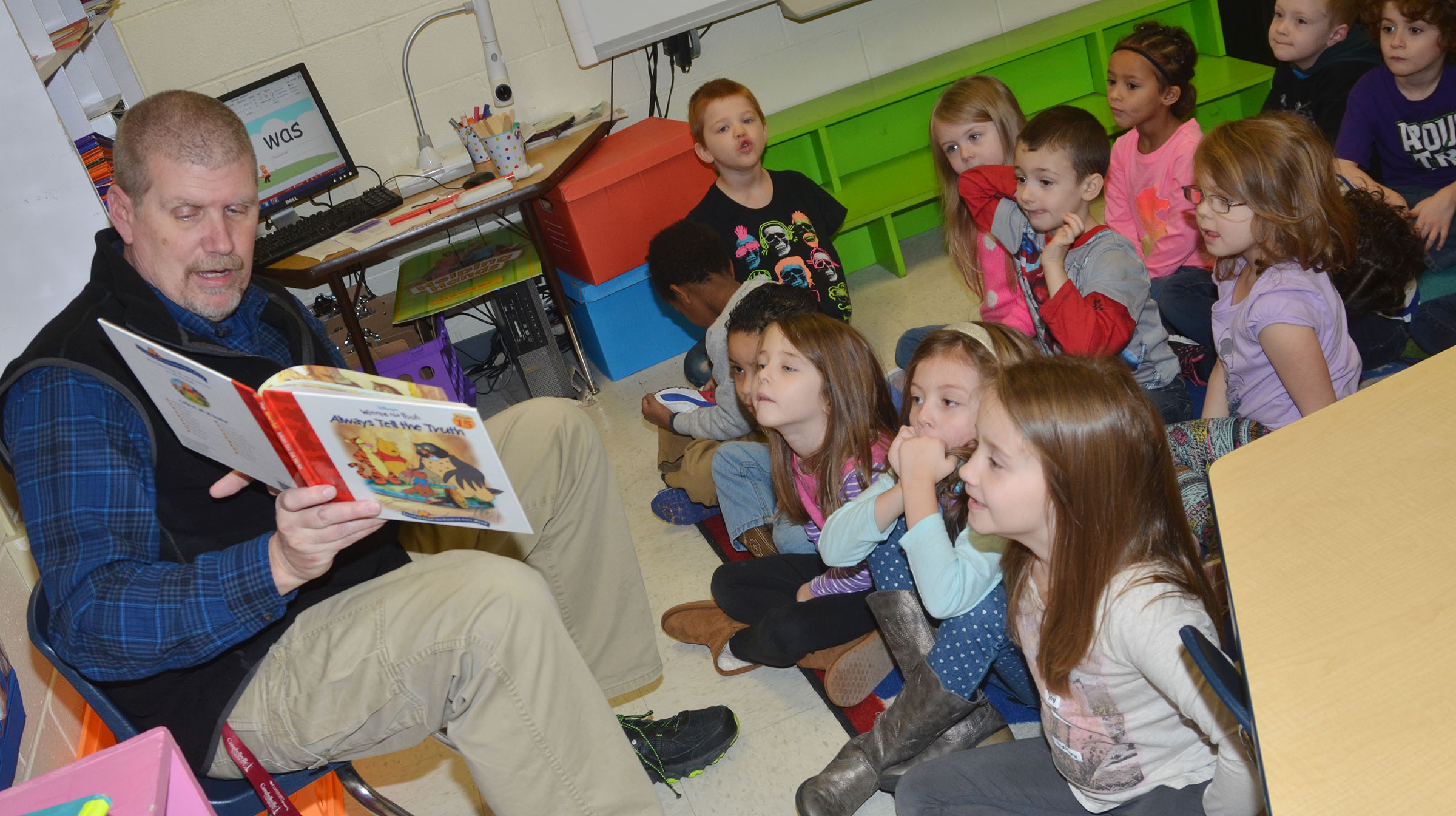 Daran Kennon reads to CES kindergarteners.