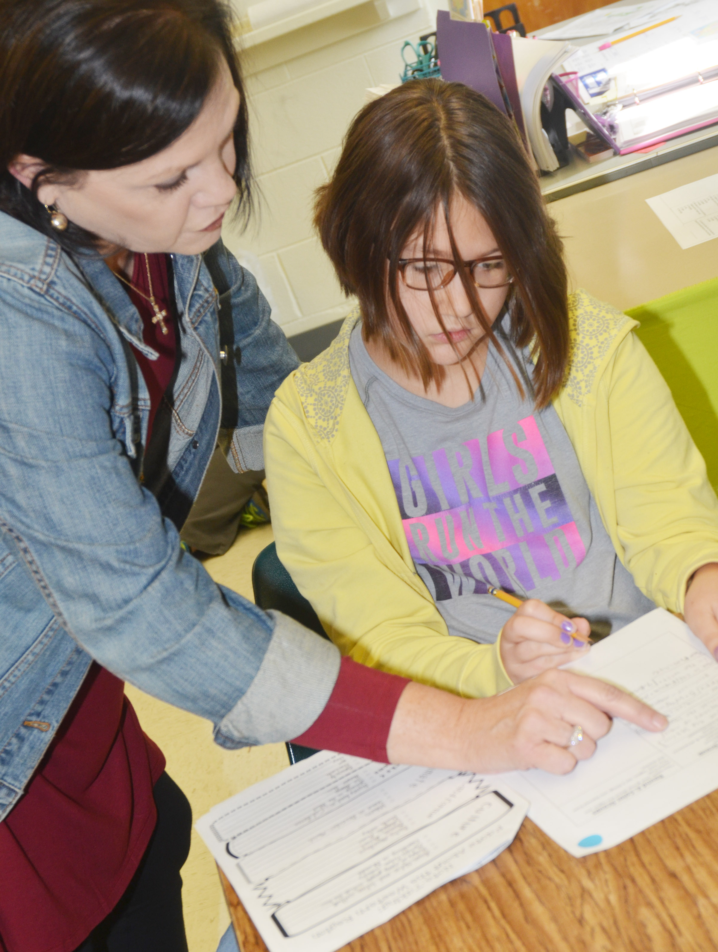 CES fifth-grade teacher Lisa Kearney helps Kylee Sowders with her research.