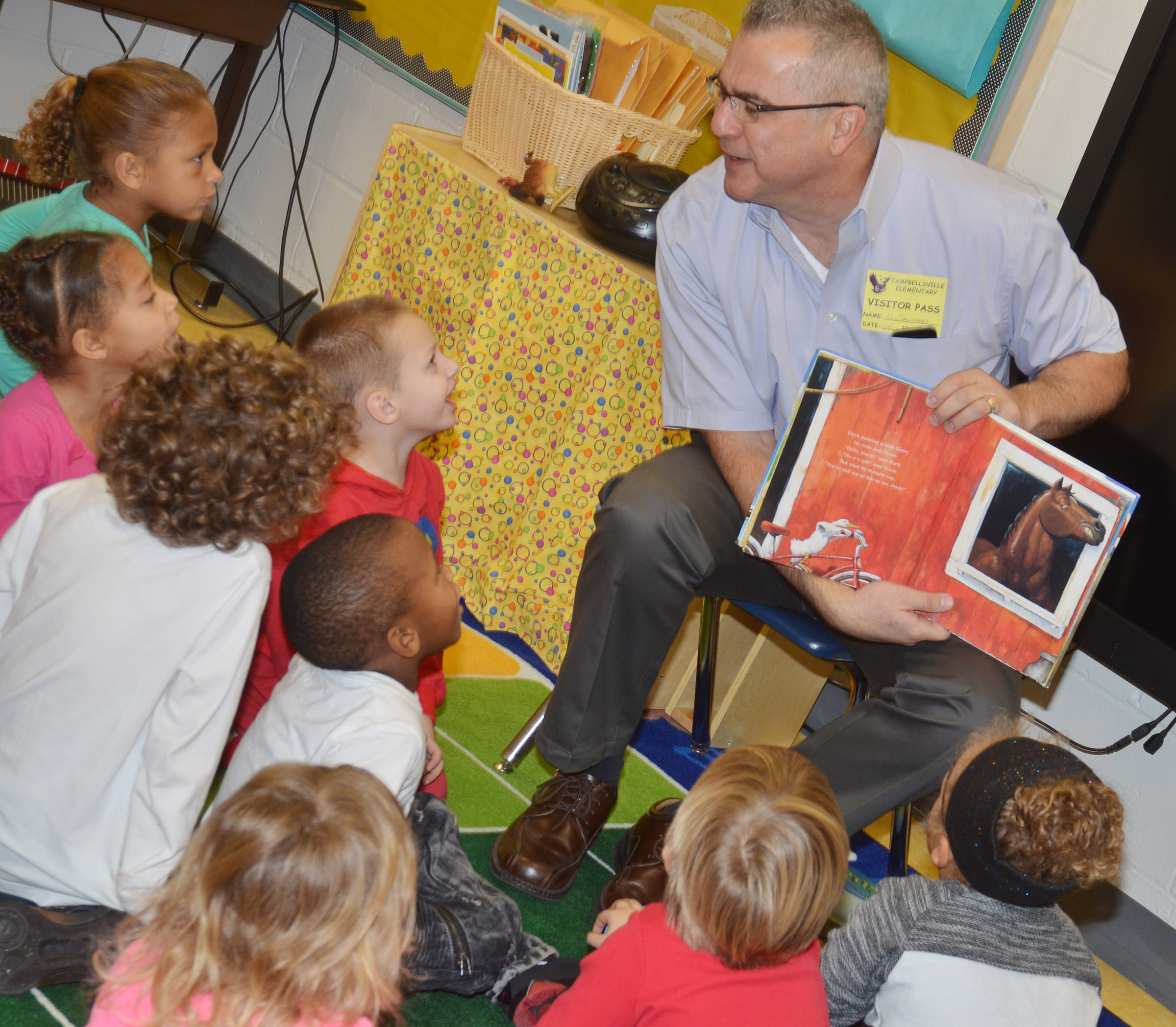 Neil Salvaterra reads to CES preschool students.