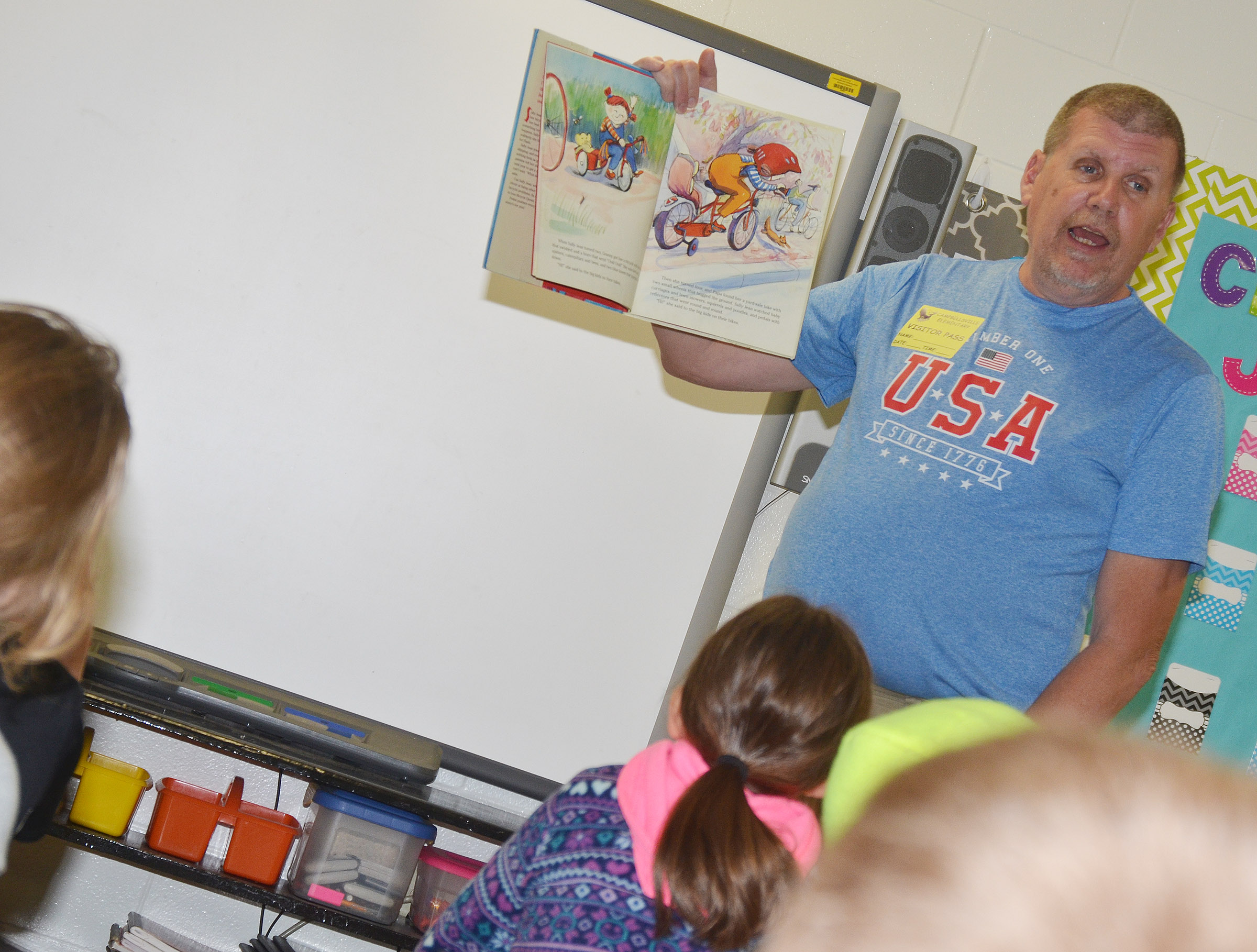 Daran Kennon reads to CES fourth-graders.