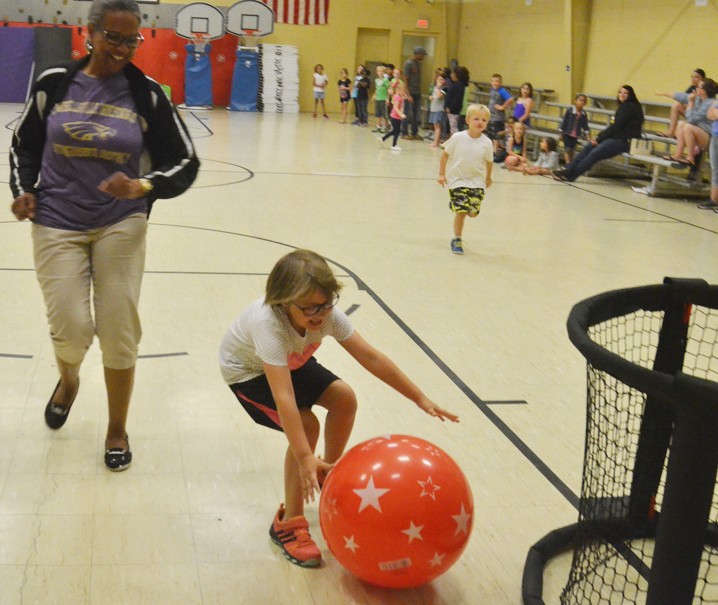 CES Wings Express assistant Doretha Sanders races first-grader Addelyn Dooley.