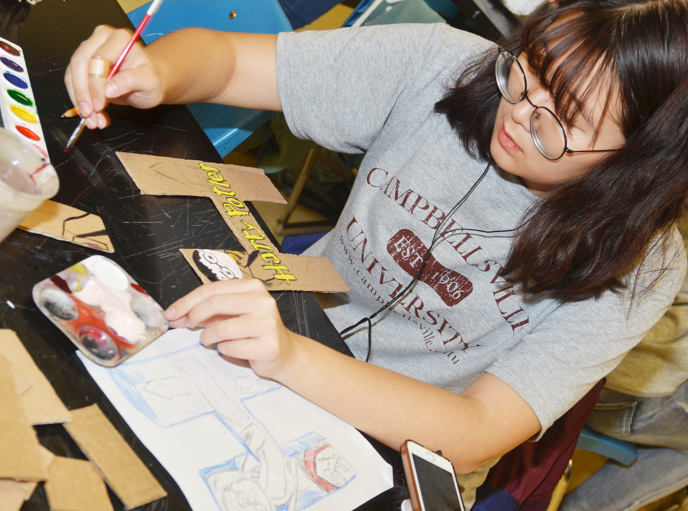 CHS junior Hye Cho paints her letter.