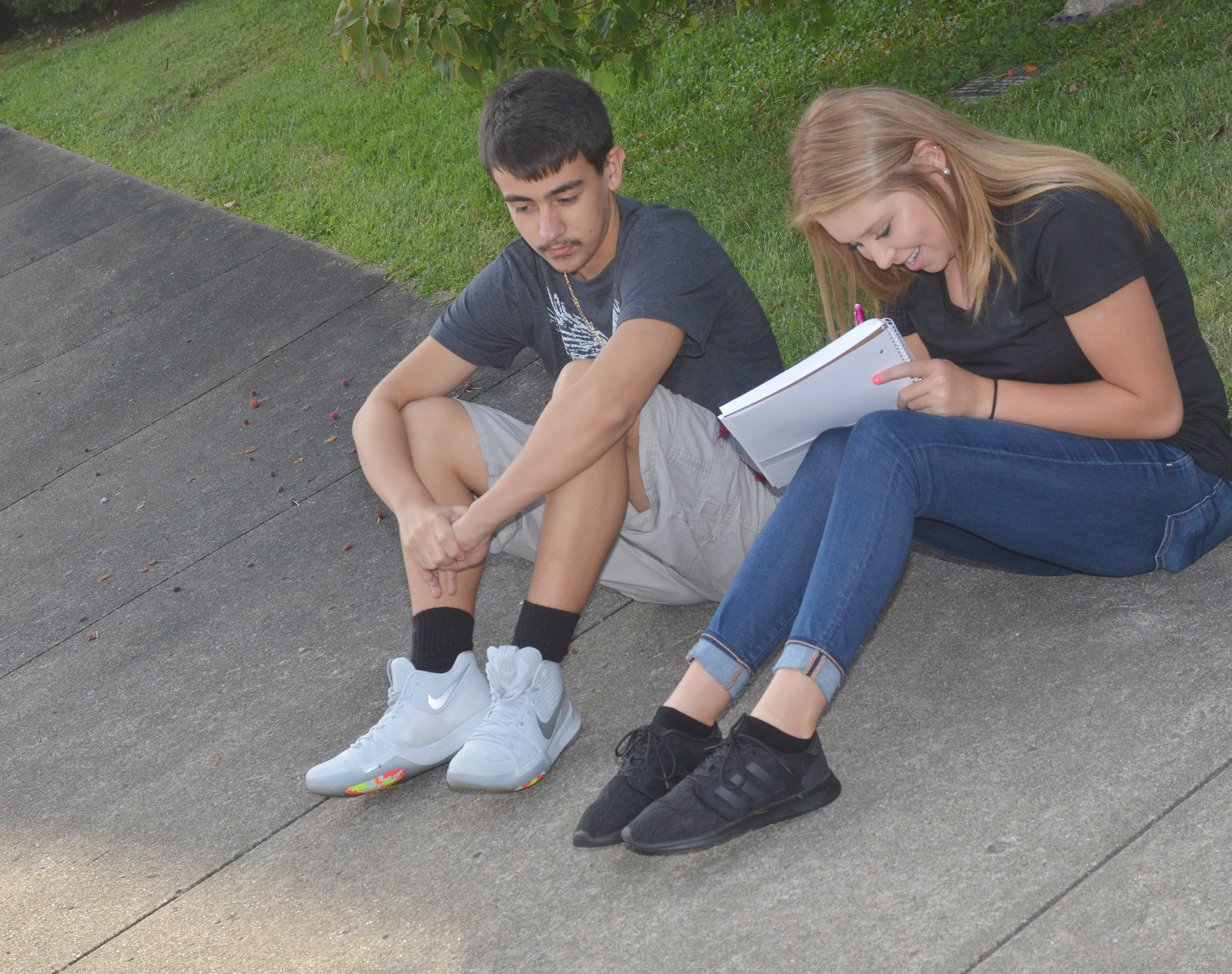 CHS juniors Glenn Lamer, at left, and Chloe Gupton work together to describe their surroundings as they study the concept of contextualization.