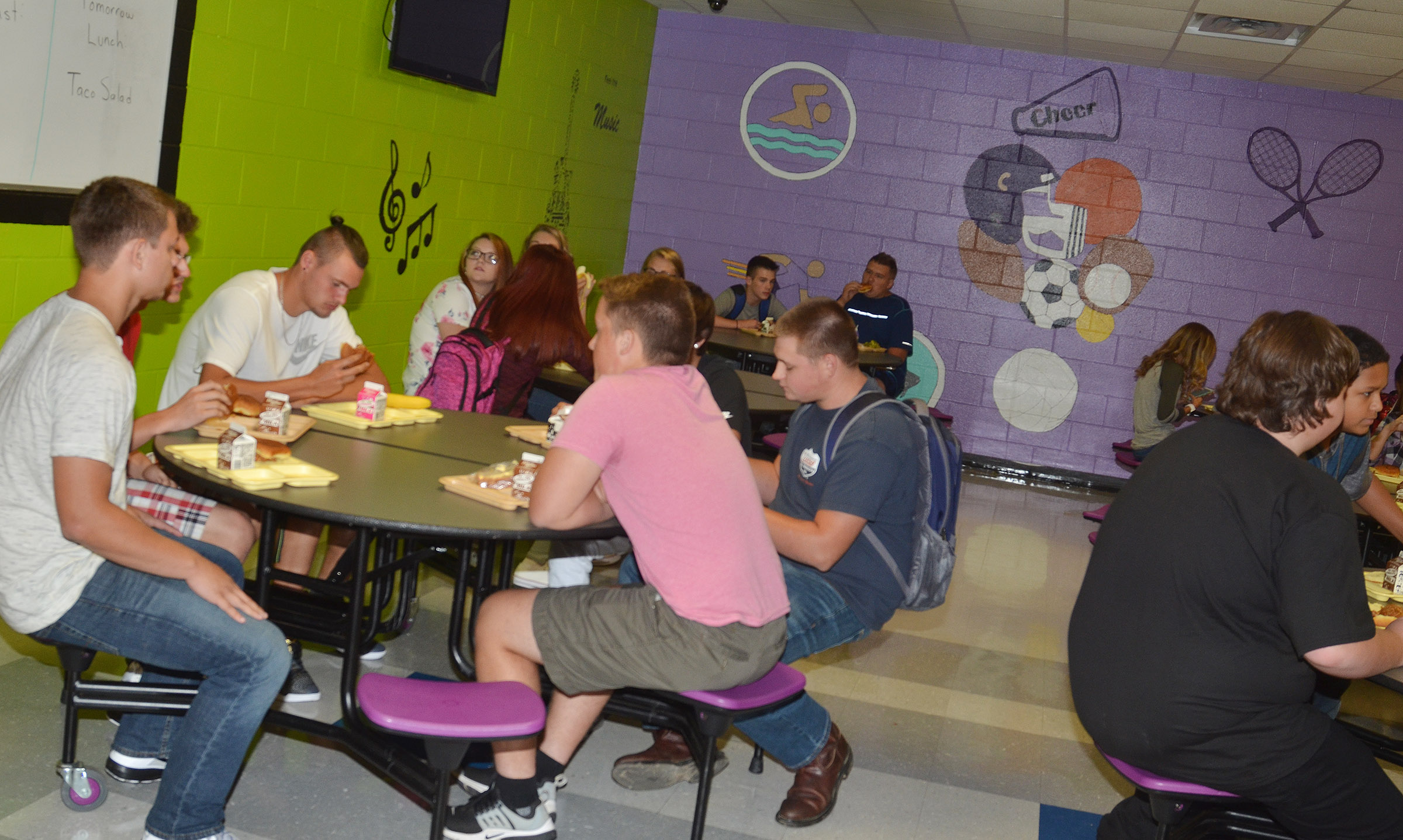 CHS students eat lunch together.