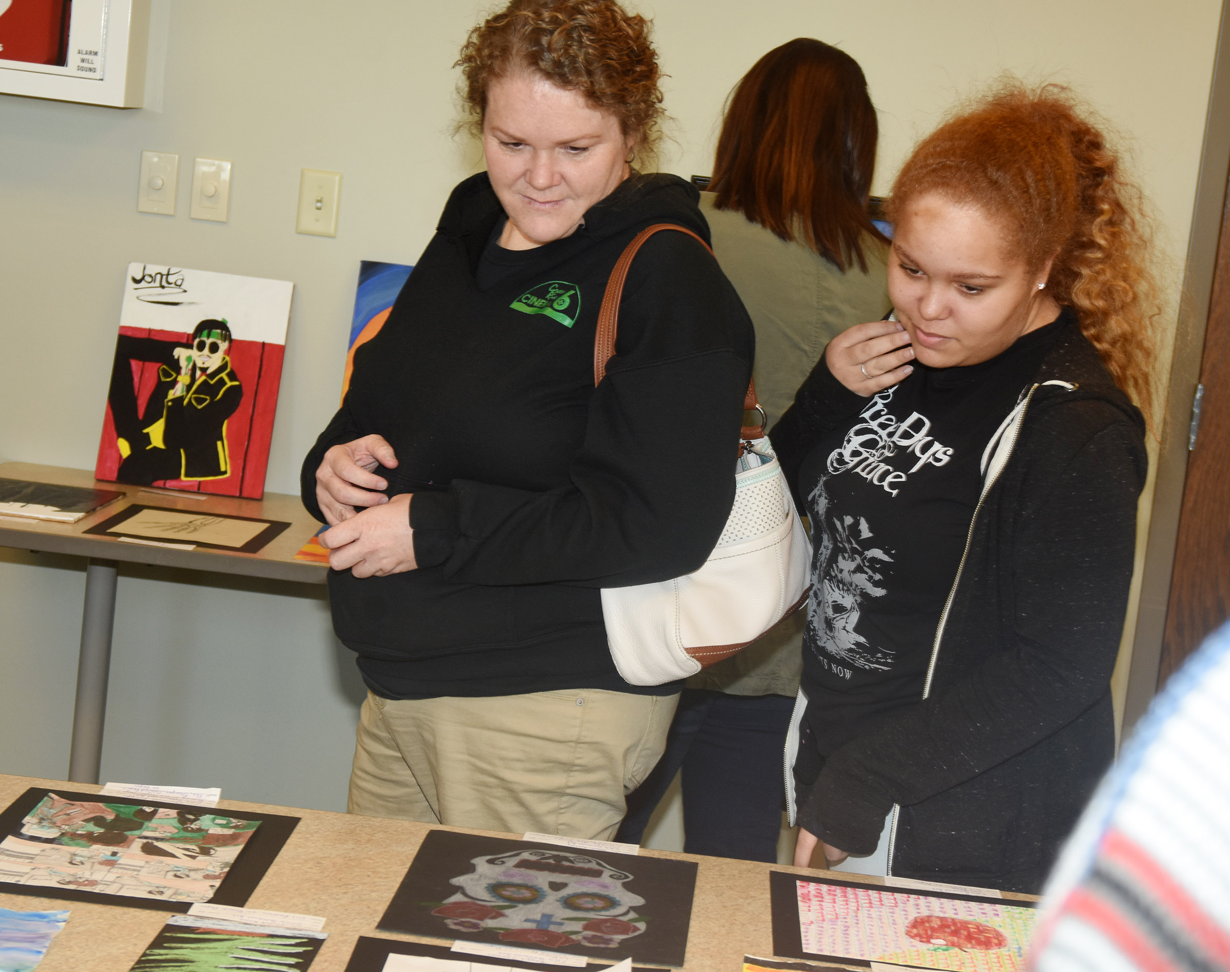 CHS senior Shailyn Fields looks at artwork with her mother Tammy Pittman.